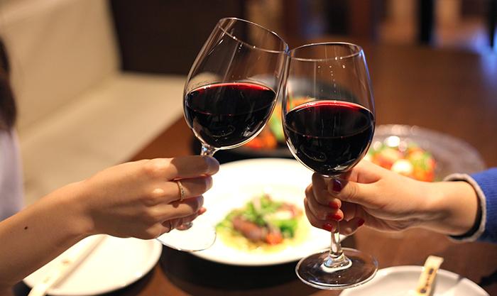 ワインが入ったグラスで乾杯