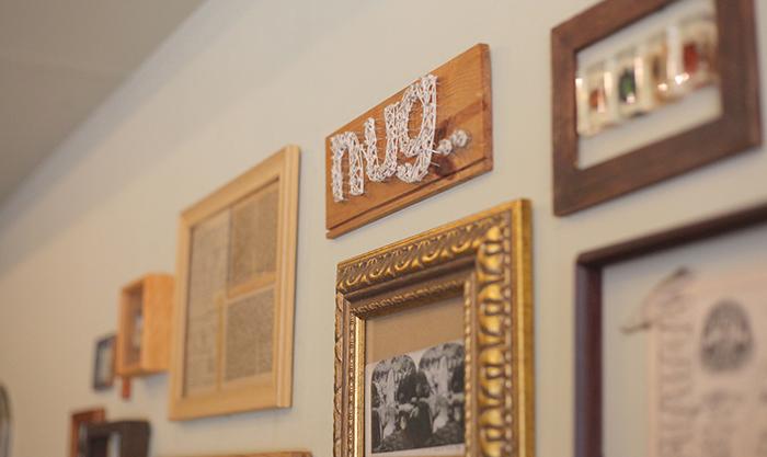 CAFE nug..の壁に飾られているインテリア