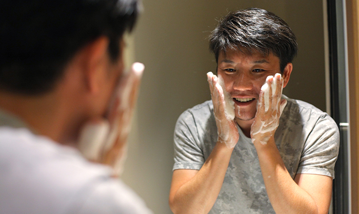 洗顔中の男性