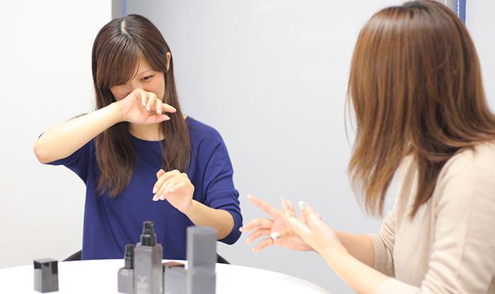 メンズコスメhakura「MOLD」を試している女性