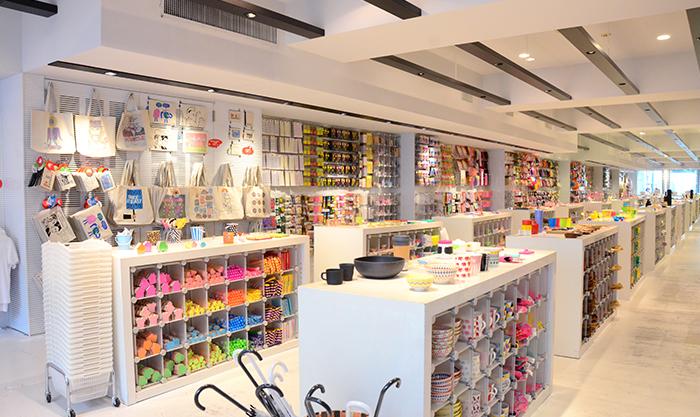 様々な商品が並んだASOKOの店内