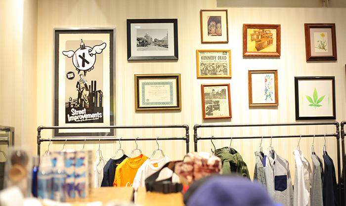 店の壁に飾られている様々なアート