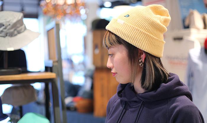 イエローのニット帽を被った女性