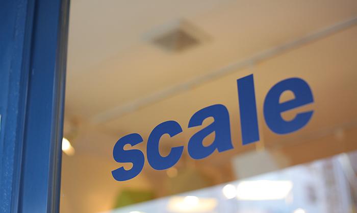 Scaleのロゴが入ったドアのガラス