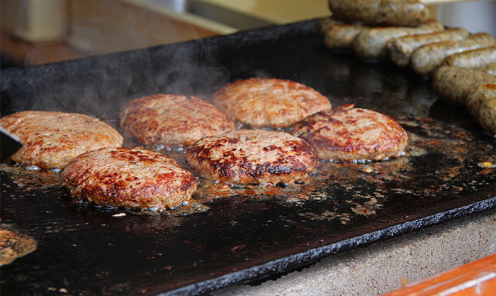 鉄板の上で焼いているお肉