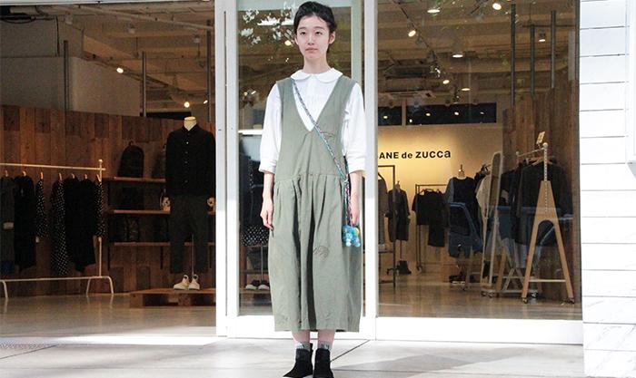 HUMOR SHOP南堀江店前に立つ女性スタッフ