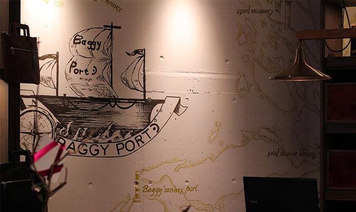 船のアートが描かれている壁
