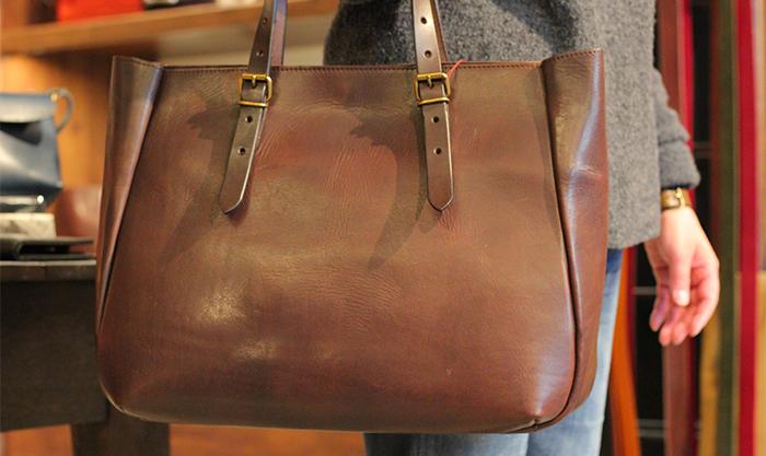 シンプルなデザインのレザーバッグ