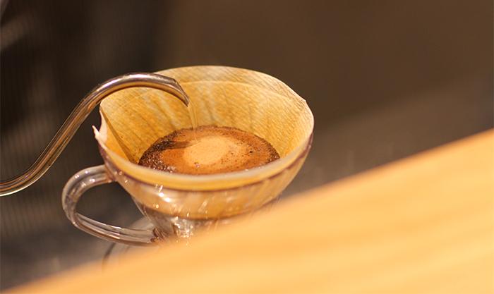 ハンドドリップ中のコーヒー